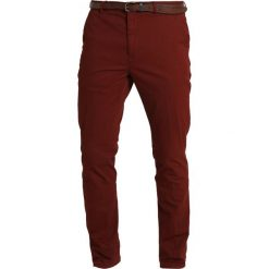 bad08708958c Scotch   Soda MOTT CLASSIC WITH CLEAN OUTLOOK Spodnie materiałowe mahogany.  Spodnie materiałowe męskie marki