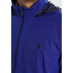 e439b7315550a Kurtki Polo Ralph Lauren Golf STRETCH DWRHOOD PACKABLE ANORAK Kurtka  Softshell city royal/french. Kurtki