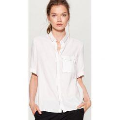 79cfa24d1 ... odzież damska ze sklepu Mohito - Kolekcja lato 2019. -56%. Koszula z  kontrastowym przeszyciem - Biały. Koszule damskie Mohito. W wyprzedaży za  39.99 zł