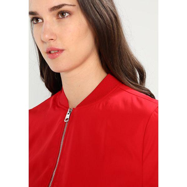 bb63d5495 Calvin Klein Jeans OWRANA Kurtka Bomber tango red - Czerwone kurtki damskie Calvin  Klein Jeans, xl, z jeansu. Za 599.00 zł.