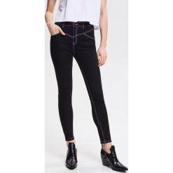 1831497100ba Jeansy z kontrastowymi szwami - Czarny. Jeansy damskie marki Reserved. W  wyprzedaży za 49.99