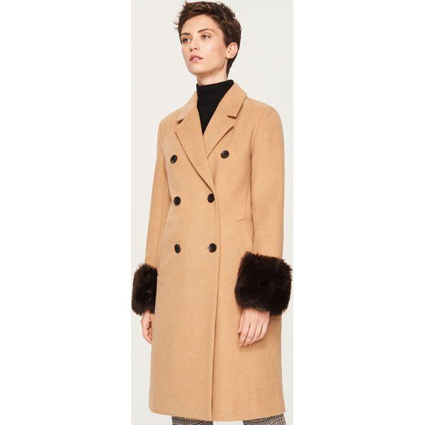 f6f50962 Płaszcz z futrzanymi mankietami - Beżowy