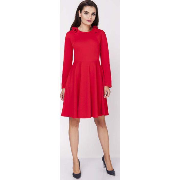 c13a2a2a14 Czerwona Rozkloszowana Wizytowa Sukienka z Falbanką przy Dekolcie ...