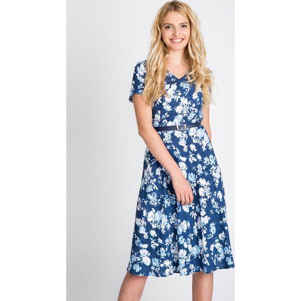 648fb3d7c3 Granatowa zwiewna sukienka z paskiem QUIOSQUE - Szare sukienki ...