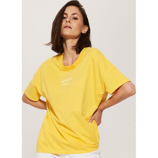 fcab47e525 Koszulka oversize z napisem - Żółty - Żółte bluzki damskie marki ...