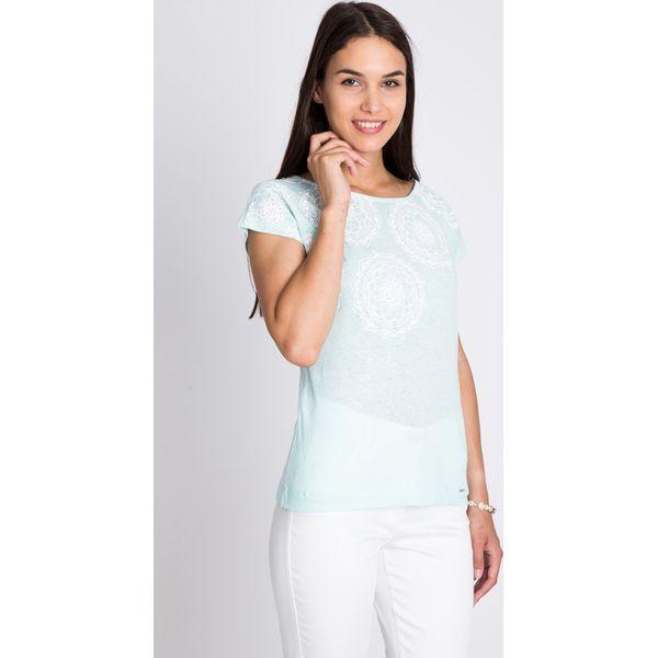2f403432ab4e Błękitna bluzka z białym printem QUIOSQUE - Białe bluzki damskie ...